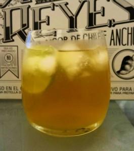 Ancho Reyes con jugo de Piña